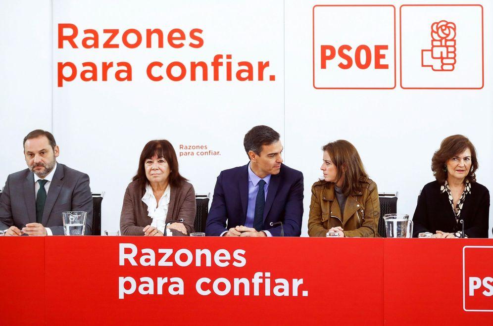 Foto: Pedro Sánchez, flanqueado por José Luis Ábalos, Cristina Narbona, Adriana Lastra y Carmen Calvo, este 4 de diciembre. (EFE)