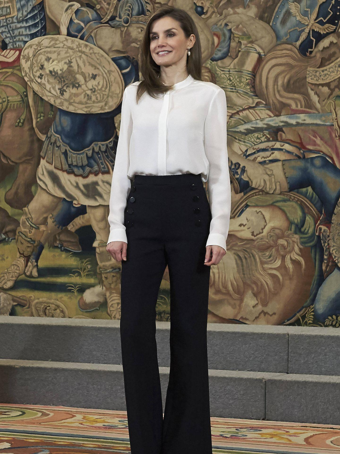 La reina Letizia, con un estilismo de camisa blanca en el Palacio de la Zarzuela. (Getty)