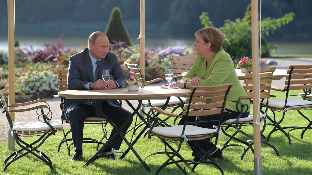 Foto: El presidente ruso Vladimir Putin junto a la canciller alemana Angela Merkel. (EFE)