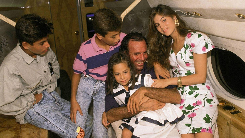 Julio Iglesias, con sus tres hijos mayores y Tamara Falcó. (Getty)
