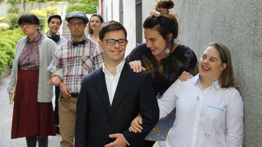 Foto: En primer término Pepe Fradejas y Mar Vázquez, junto a Mayssa Tasaky y el resto de integrantes de Polimetría 21. (Down Madrid)