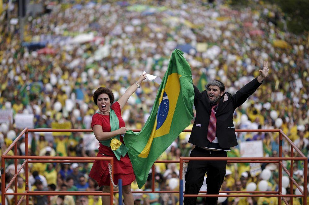 Foto: Dos manifestantes se burlan de Rousseff y Lula da Silva durante las protestas del domingo 13 de marzo en Brasilia. (Reuters)