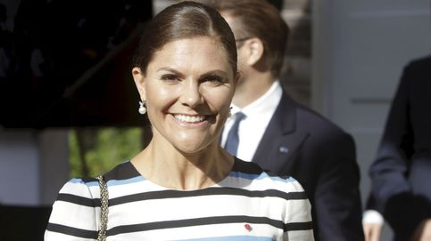 Victoria de Suecia nos transporta al verano con su vestido sostenible de H&M