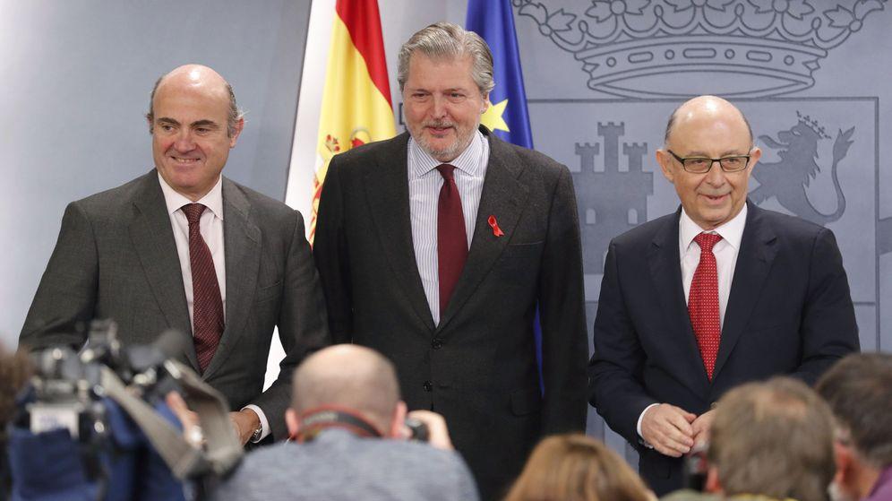 Foto: De Guindos, Méndez de Vigo y Montoro, tras la rueda de prensa posterior al Consejo de Ministros (Efe).