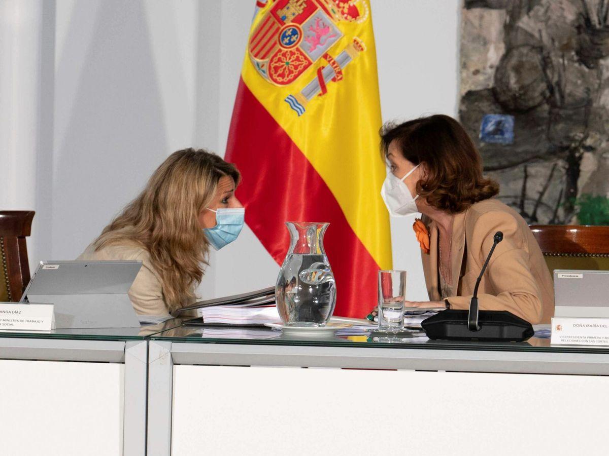 Foto: La vicepresidenta primera, Carmen Calvo (d), conversa con la ministra de Trabajo, Yolanda Díaz. (EFE)