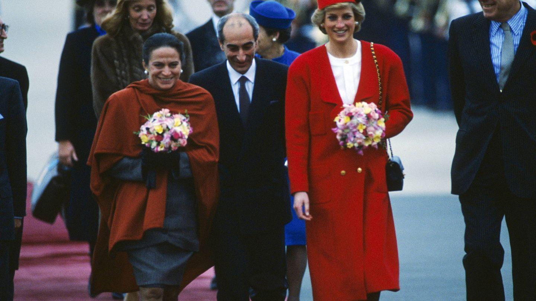 Diana, con bolso y abrigo de Chanel en 1988. (Getty)