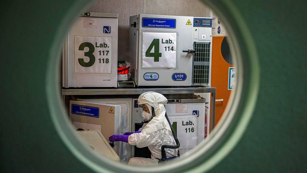 Foto: Un trabajador en el laboratorio de alta seguridad en el Centro Nacional de Biotecnología. (EFE)