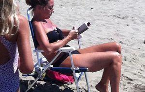 Carme Chacón se recupera de su operación en las playas de Marbella