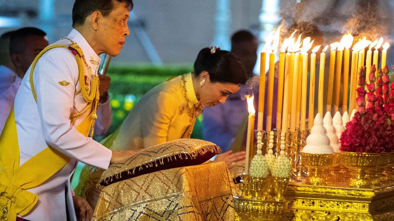 Con la reina Suthida, en Tailandia, el pasado mes de abril. (Reuters)
