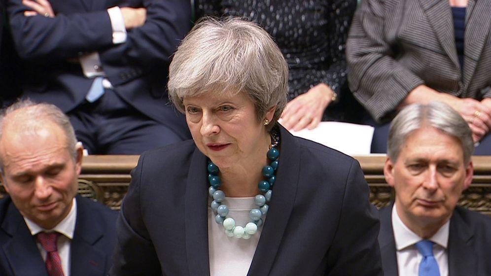 Foto: No hay ni una sola imagen de Theresa May sin uno de sus peculiares collares. (Reuters)