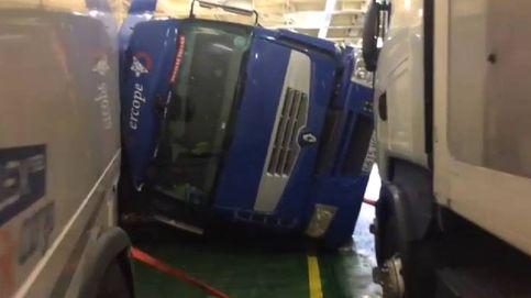 Varios camiones vuelcan dentro de un ferry debido al gran oleaje