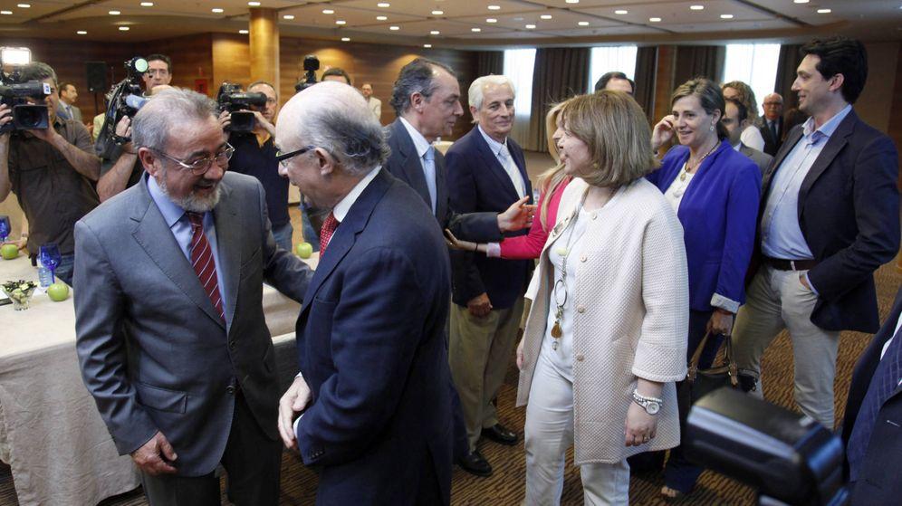 Foto: Montoro conversa con José Vicente González. Detrás, Salvador Navarro con Isabel Bonig. (PPCV)
