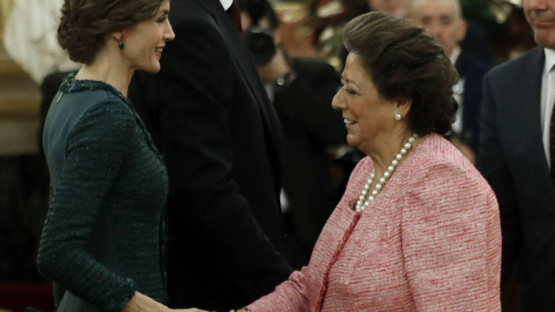 Saludando a la reina Letizia en su último acto político. (Gtres)