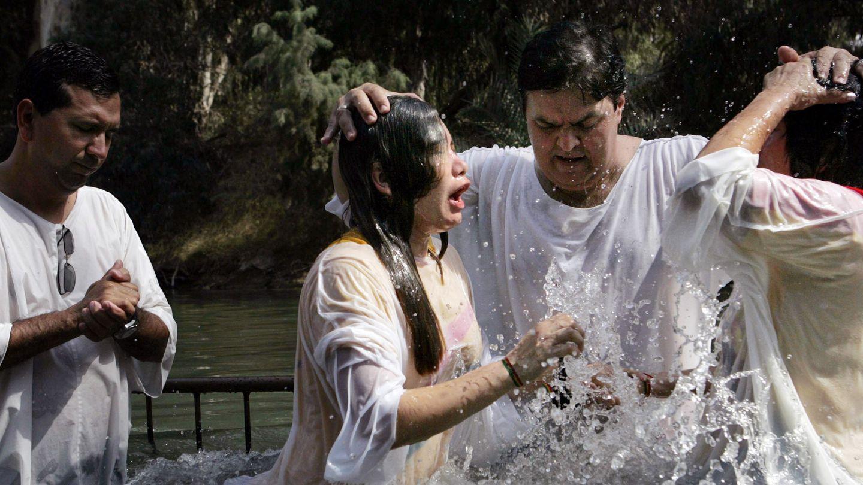 Un grupo de peregrinos evangélicos durante una ceremonia de bautismo en el Jordán (Reuters).