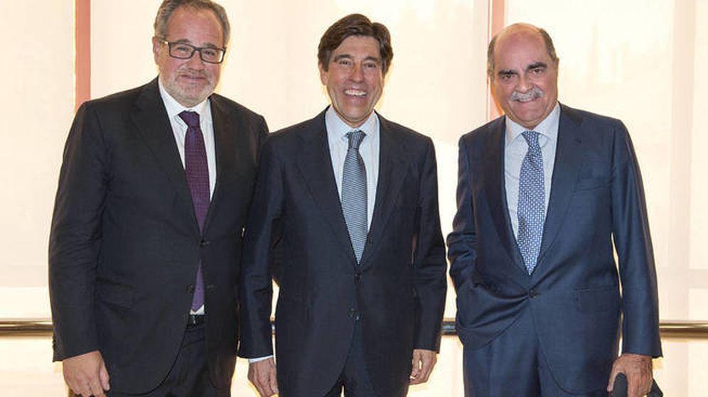 Foto: Manuel Manrique (c) y José Moreno Carretero (i), tras una junta general de accionistas.