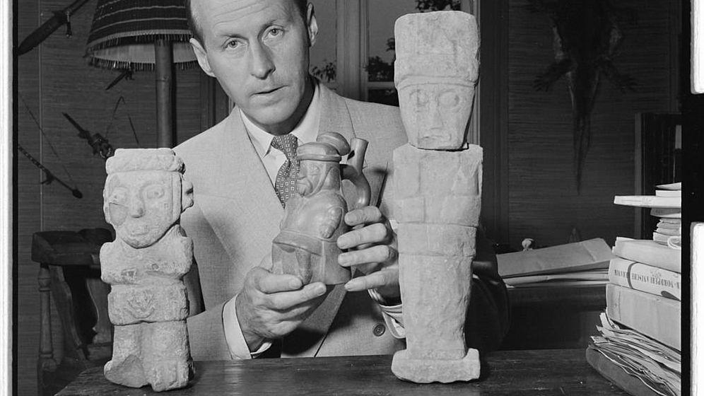 Foto: Thor Herjedahl, con las miniaturas de algunos monolitos que le hicieron emprender su aventura. (CC/Wikimedia Commons)