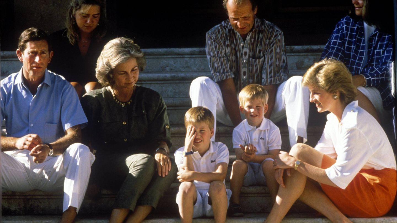 Carlos de Inglaterra, Diana de Gales y sus hijos con la reina Sofía, el rey Juan Carlos y la infanta Cristina en Marivent. (Cordon Press)