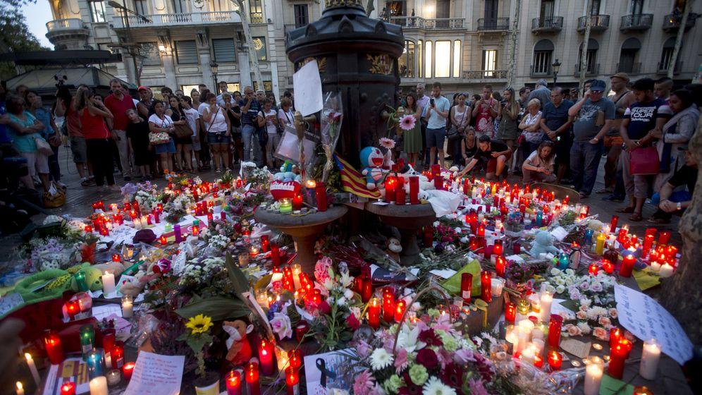 Foto: Flores y velas en las Ramblas en memoria de las víctimas. (EFE)