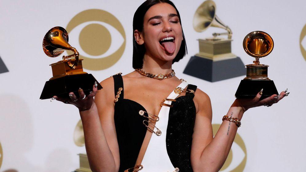 Foto: Dua Lipa posa con sus dos premios Grammy. (Reuters)