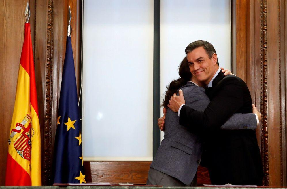 Foto: Pedro Sánchez y Pablo Iglesias se abrazan tras firmar su acuerdo programático de coalición, este 30 de diciembre en el Congreso. (EFE)