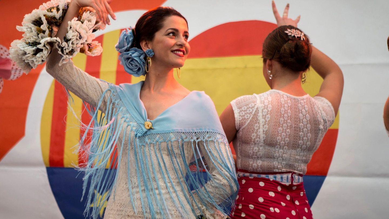 Inés Arrimadas baila sevillanas en la caseta de su partido durante la Feria de Abril en Barcelona. (EFE)