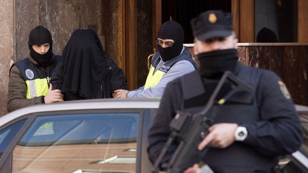 Foto: Operación de la Policía Nacional en Vitoria. (EFE)