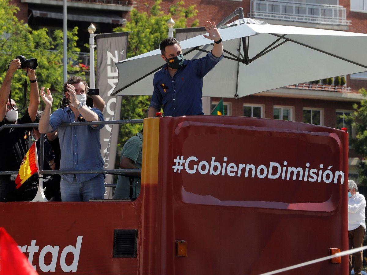 Foto: El líder de Vox, Santiago Abascal (d), durante la manifestación en coche, en Madrid, promovida contra la gestión del Gobierno el pasado sábado. (EFE)