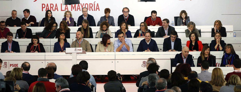 Sánchez, con su ejecutiva en el último comité federal del PSOE, el 29 de febrero. (EFE)