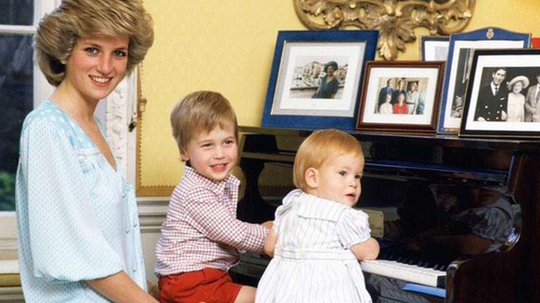 La princesa Diana de Gales, junto a sus hijos. (Reuters)