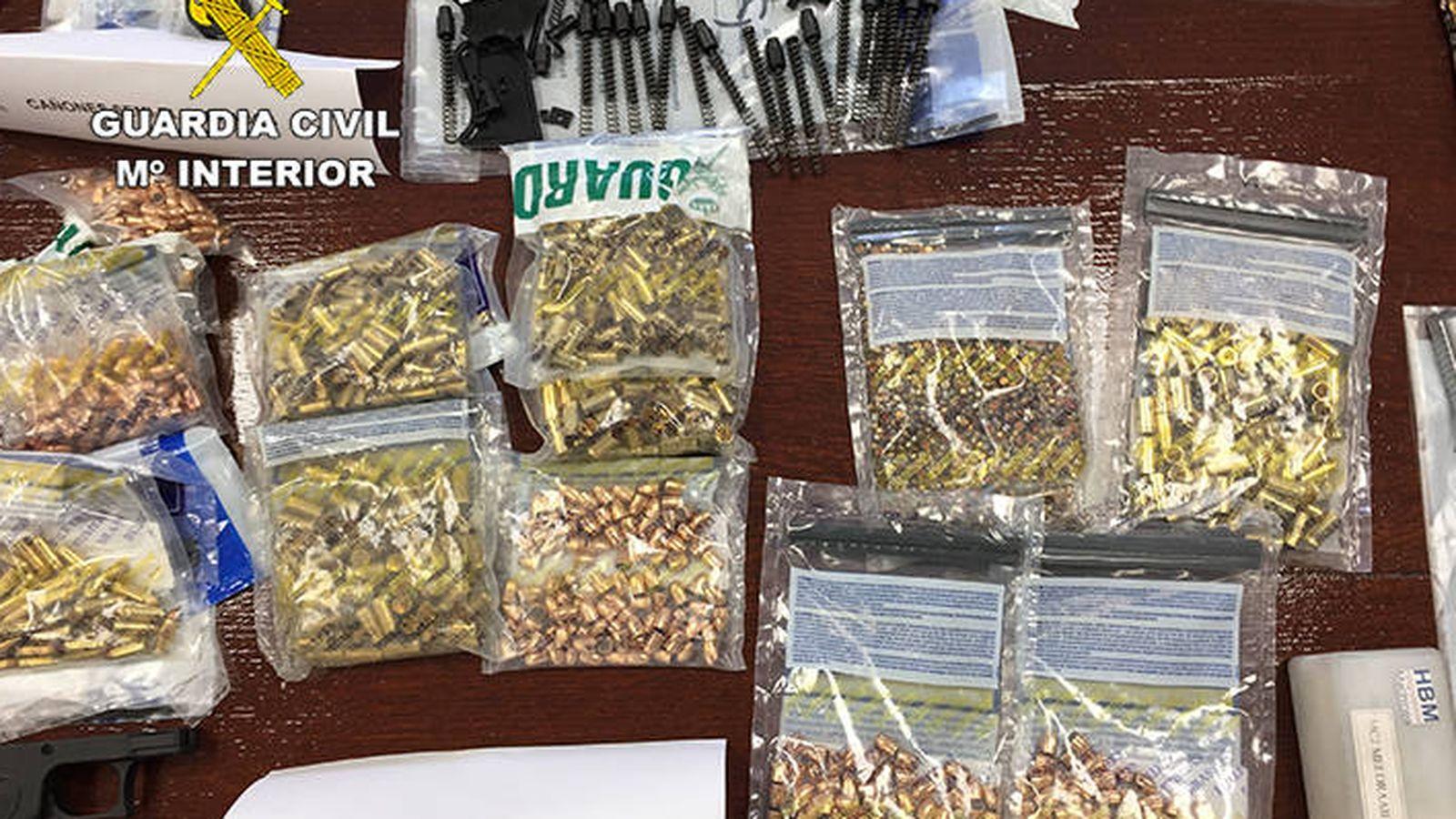 Foto: Imagen del material incautado por la Guardia Civil tras detener al mayor traficante de armas cortas de la 'Dark Net'. (Guardia Civil)