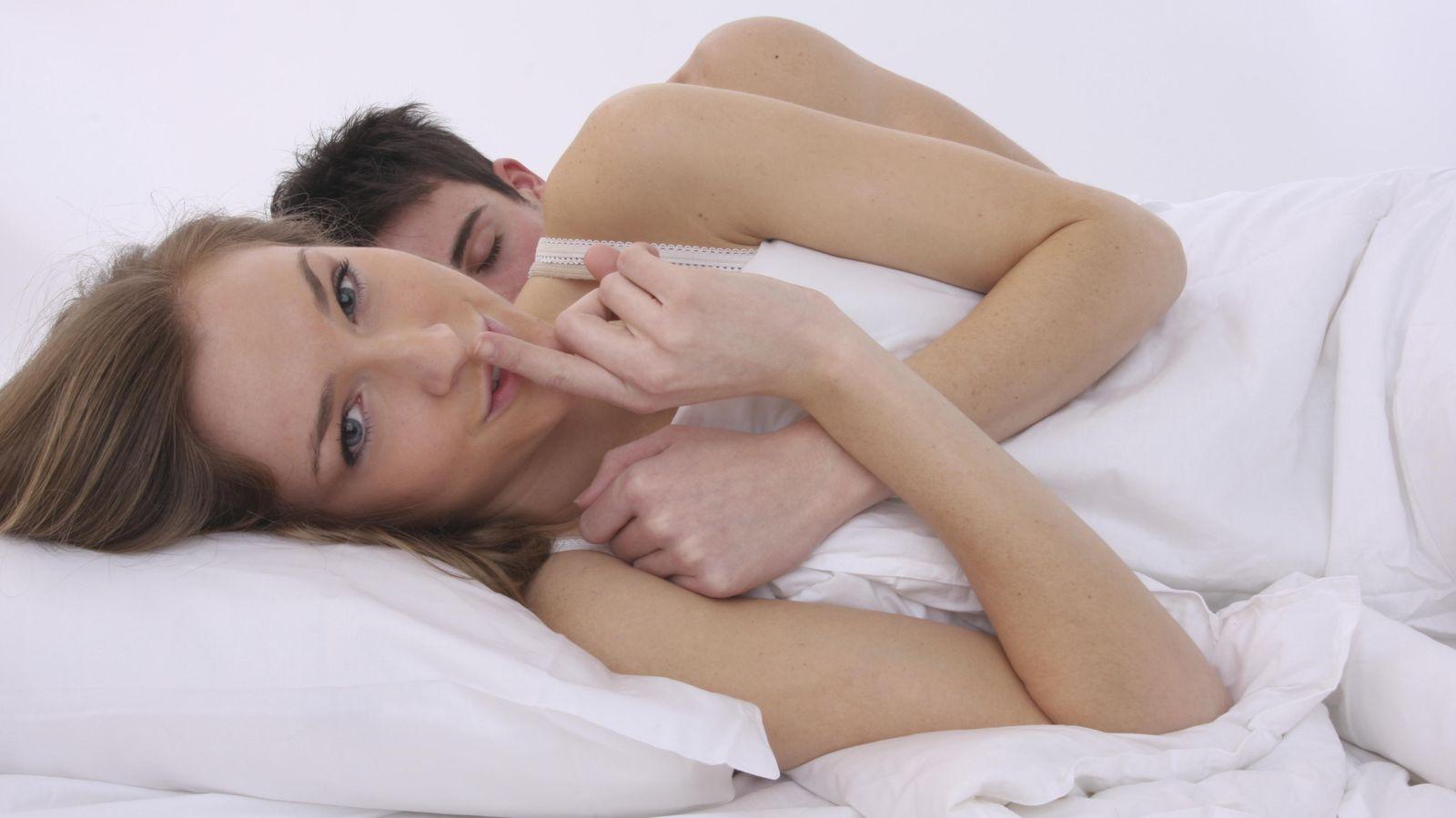 Foto: En pocas ocasiones tenemos sueños eróticos con la persona con la que compartimos cama. (iStock)