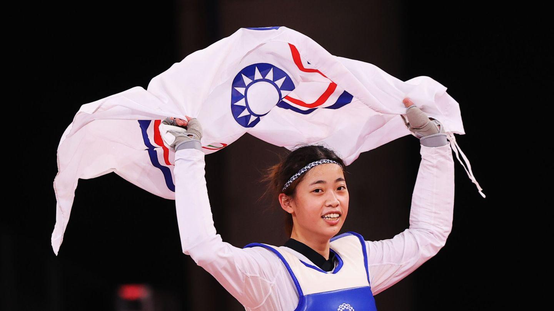 La taekwondista taiwanesa Lo Chia-Ling celebra su victoria con la bandera olímpica de su territorio. (Reuters)