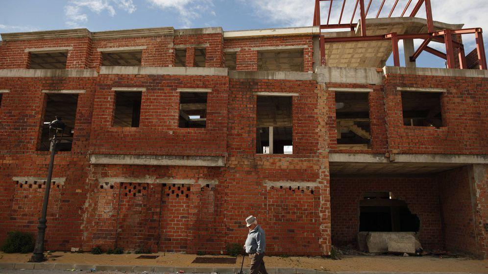 Foto: Un hombre pasea por un conjunto de viviendas inacabadas en Estepona. (Reuters/Jon Nazca)