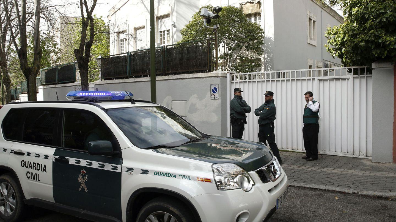 La Guardia Civil, en 2016, en el domicilio del exbanquero. (EFE)