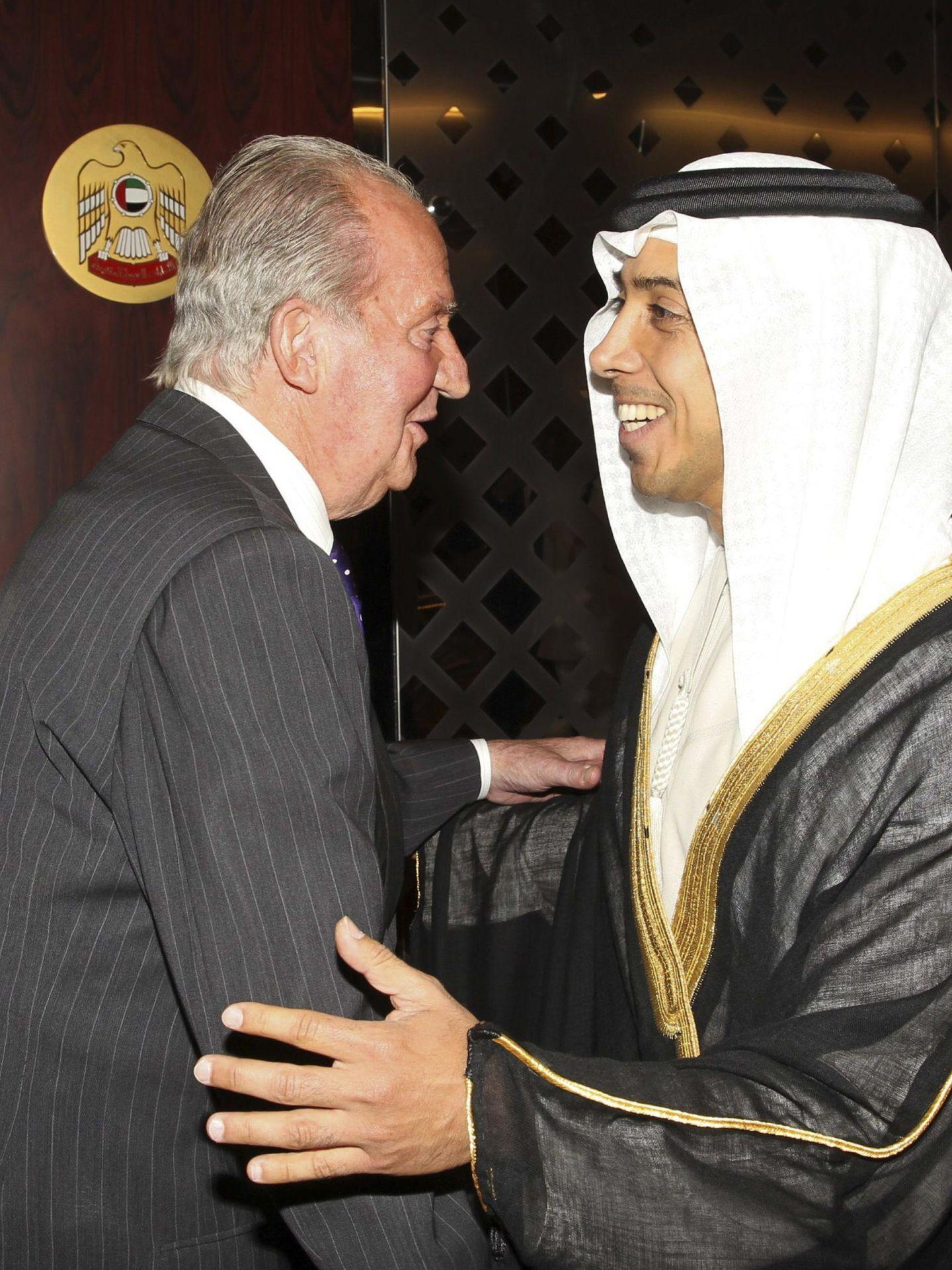 Don Juan Carlos, recibido por el ministro de Estado Sultán Al-Yaber, en Abu Dabi. (EFE)