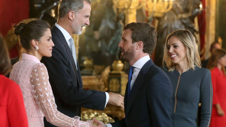 Felipe VI, doña Letizia y Pablo Casado, en el besamanos en el Palacio Real de Madrid. (EFE)