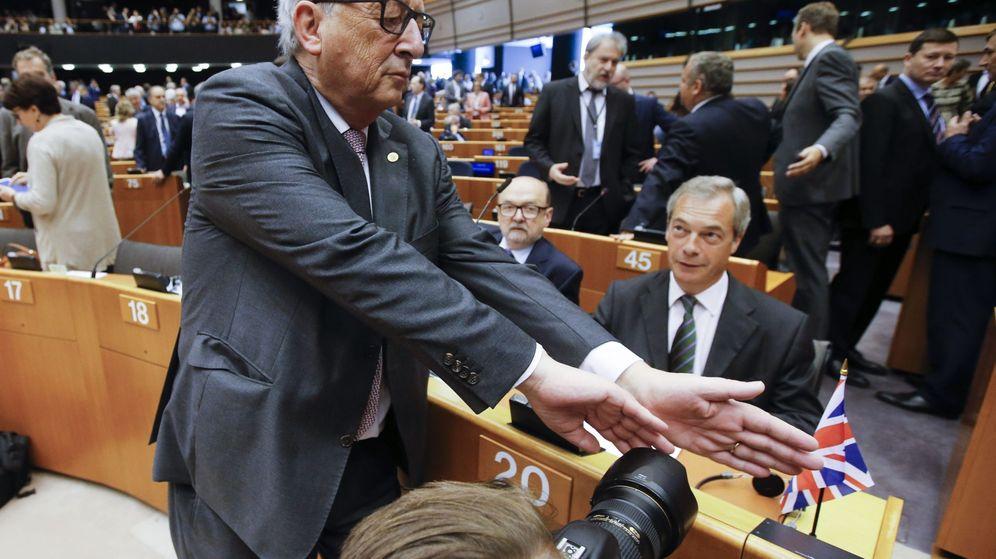 Foto: Jean-Claude Juncker intenta tapar la cámara a un fotógrafo que enfoca a Nigel Farage al inicio de una sesión plenaria extraordinaria del Parlamento Europeo en Bruselas. (EFE)