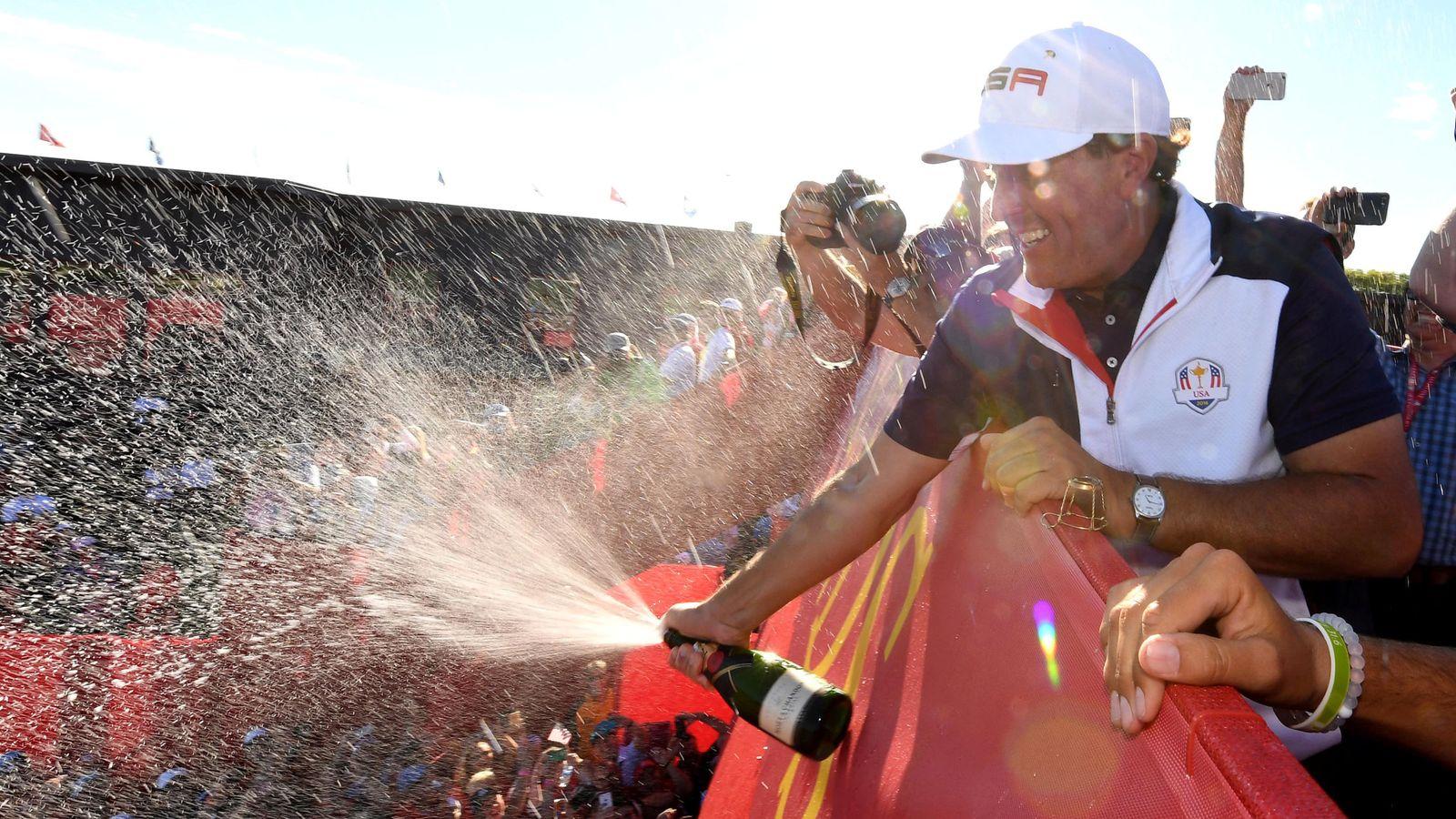 Foto: Phil Mickelson celebra la victoria estadounidense (John David Mercer/USA TODAY Sports)