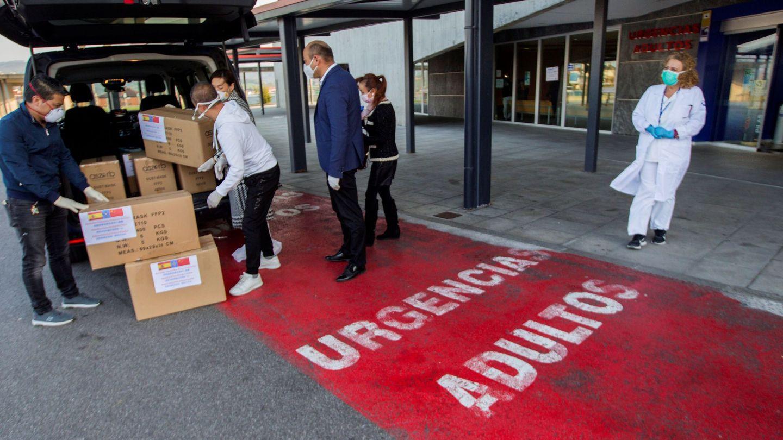 Representantes de la comunidad china en Asturias, a la entrada de las urgencias del hospital de Asturias donde donaron mas de 3.500 mascarillas