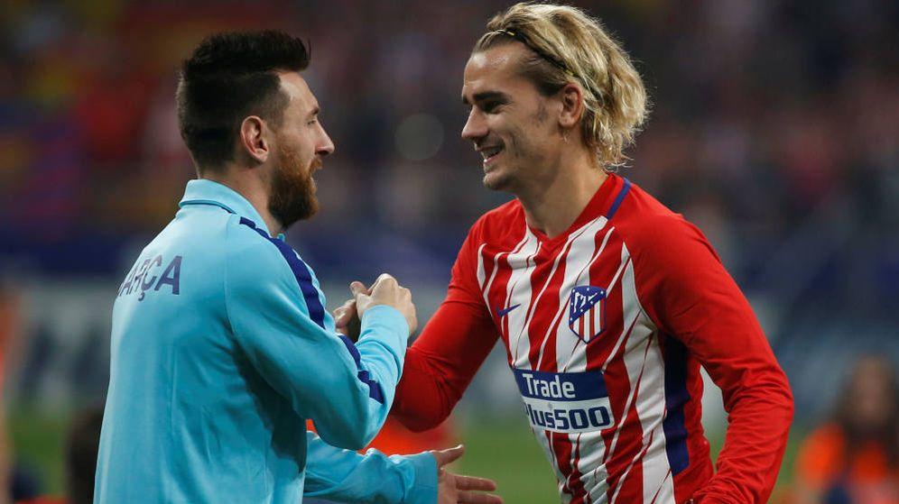 Foto: Leo Messi y Antoine Griezmann se saludan durante un partido entre el FC Barcelona y el Atlético de Madrid. (Reuters)