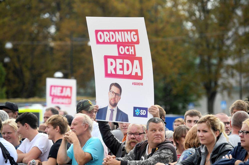 Foto: La audiencia escucha a Jimmie Akesson, líder de Demócratas de Suecia, durante un evento de campaña en Motala. (Reuters)