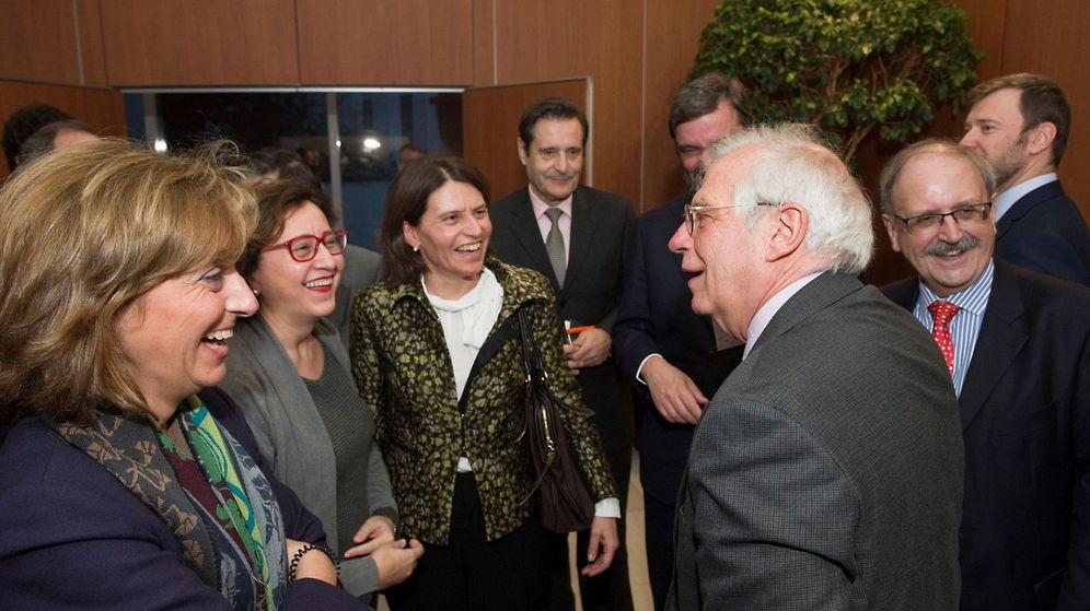 Foto: El ministro de Asuntos Exteriores, Josep Borrell (d), en la recepción a altos funcionarios españoles de la Representación Permanente de España ante la Unión Europea. (EFE)