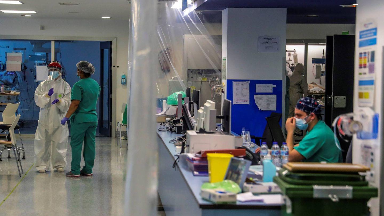 Personal sanitario en una UCI en el Hospital Puerta de Hierro, Madrid. (EFE)