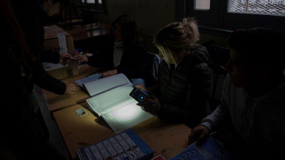 Foto: Ciudadanos asisten a votar en las elecciones de gobernador de la provincia de Santa Fe. (EFE)