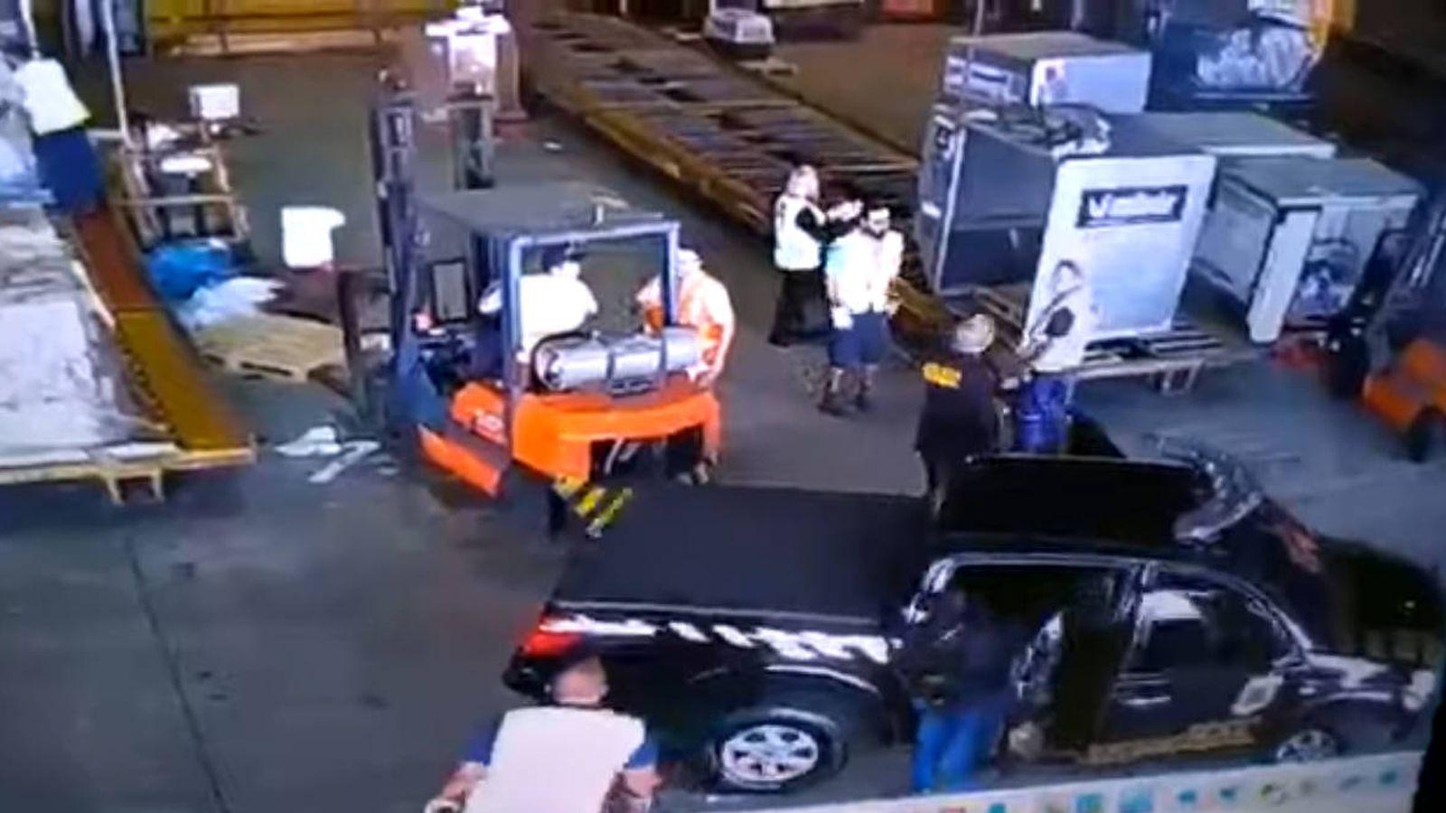 Foto: En las imágenes se ve a los hombres disfrazados de policías dar órdenes a los trabajadores del aeropuerto (Foto: YouTube)