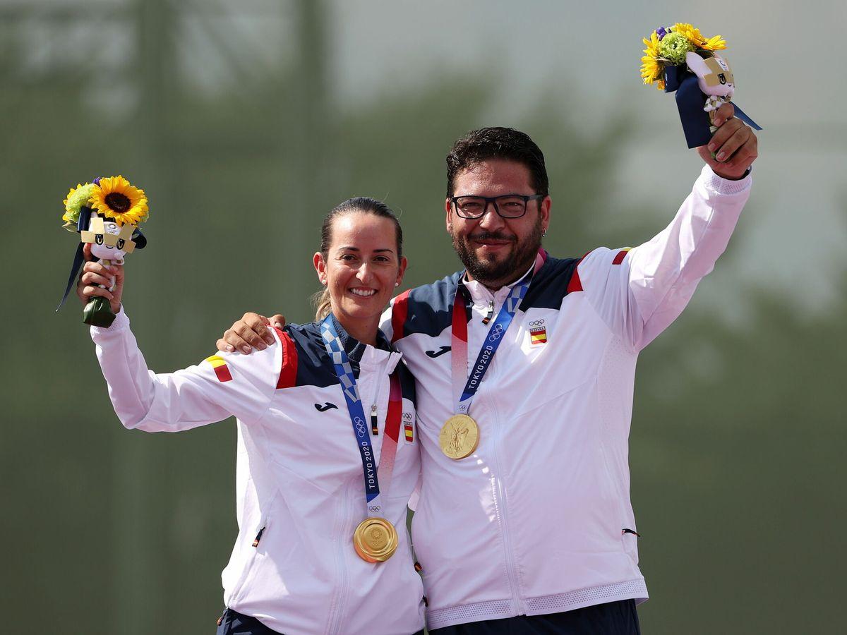 Foto: Fatima Galvez and Alberto Fernandez con la medalla de oro. (EFE)