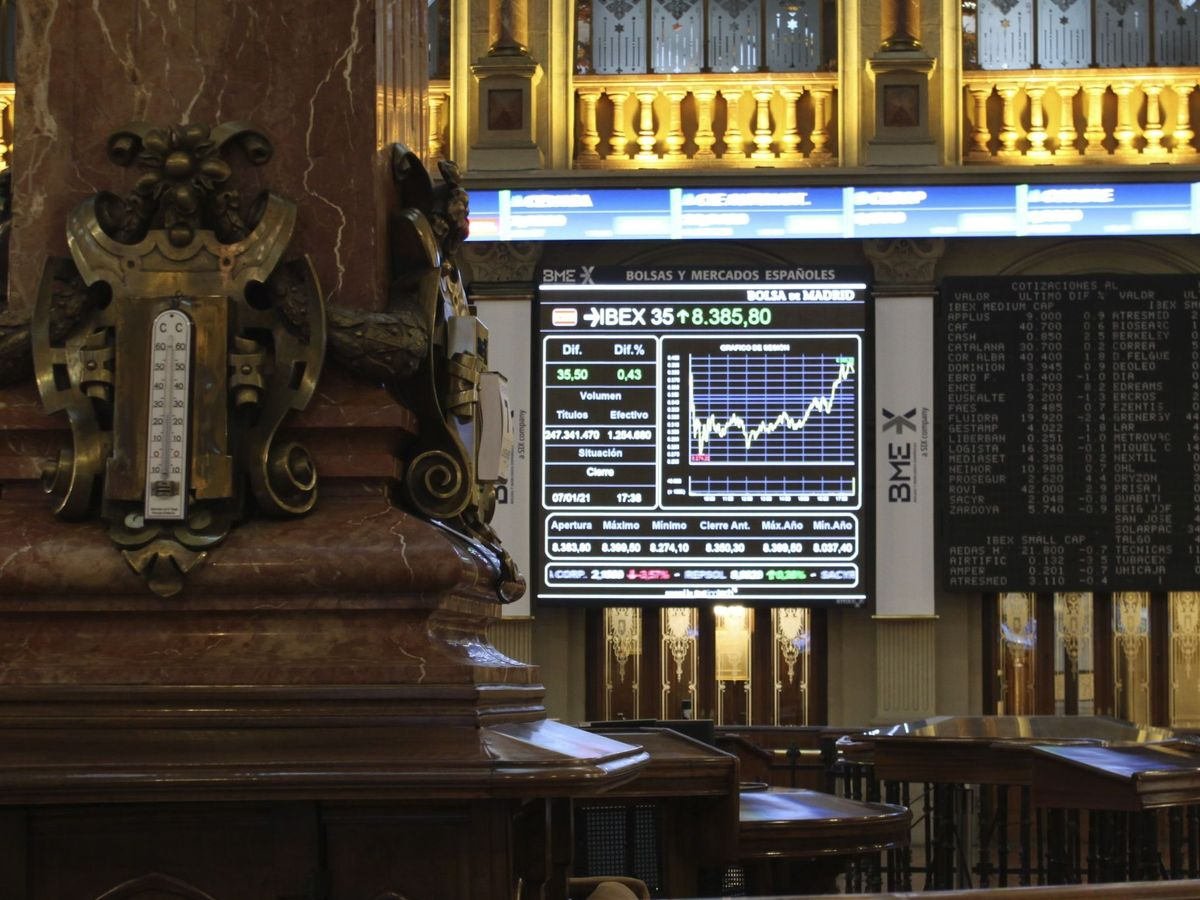 Foto: Paneles de cotización en el interior del Palacio de la Bolsa de Madrid. (EFE)
