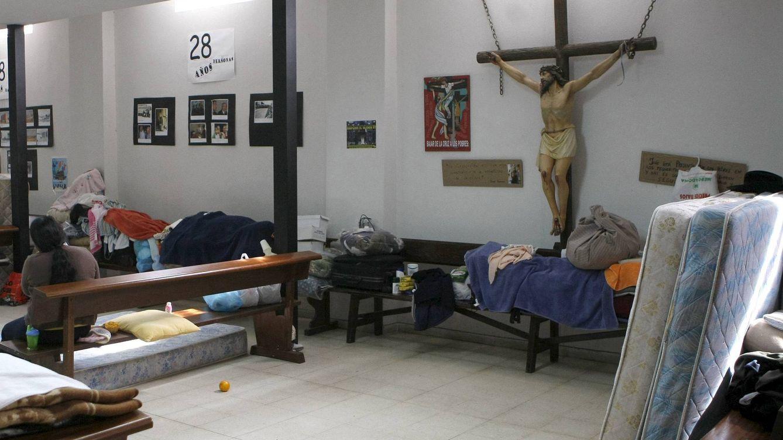 Foto: La antigua capilla de la iglesia acoge a cinco familias de inmigrantes bolivianos expulsados de su casa. (Efe/Zipi)