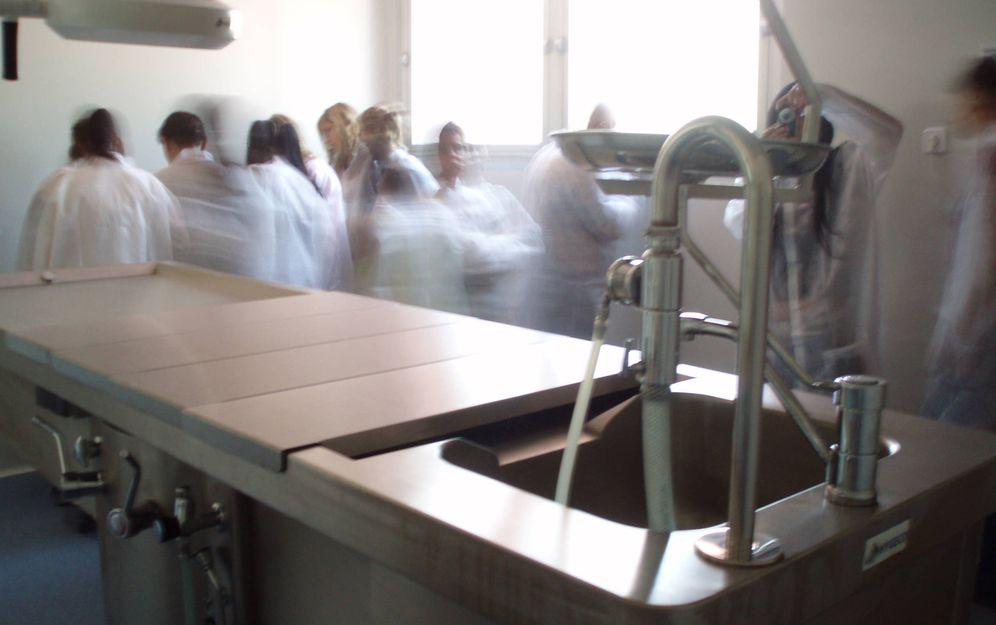 Foto: Estudiantes en una sala de tanatopraxia. (ANT)