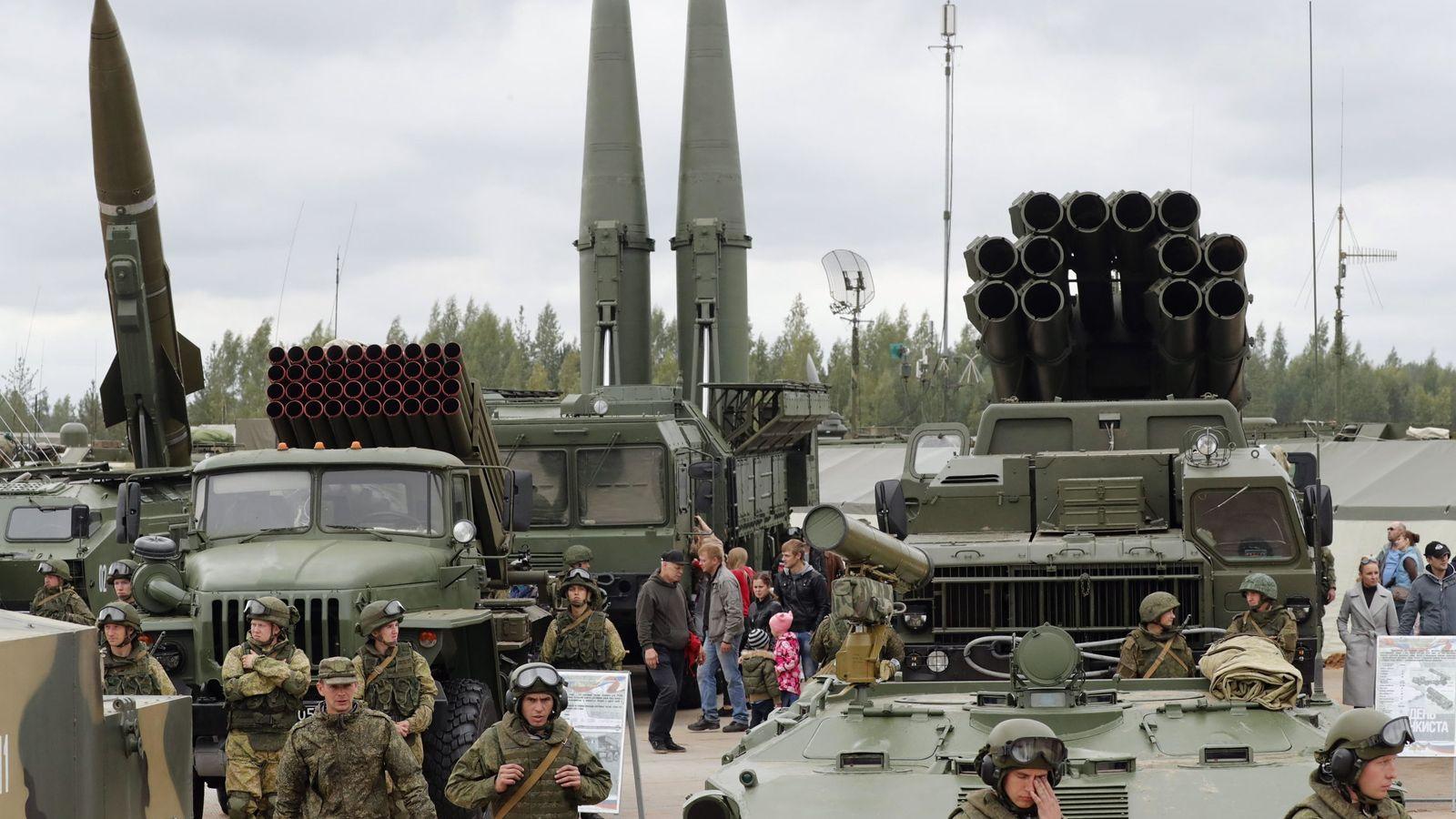Foto: Varios misiles balísticos tácticos rusos exhibidos durante el Día del Tanque en Luga, cerca de San Petersburgo, en septiembre de 2017. (EFE)